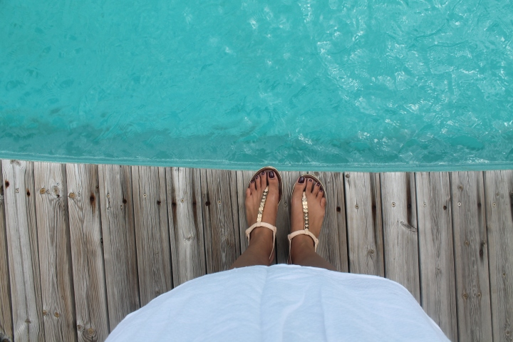 lookbook-blog-girl-fille-robe-blanc-île-réunion-974-sandales-nude-aldo-casio-montre-bracelet-gold-or-make-up-peach-necklace-collier-shoes-chaussures-piscine-pool-swimming-wood