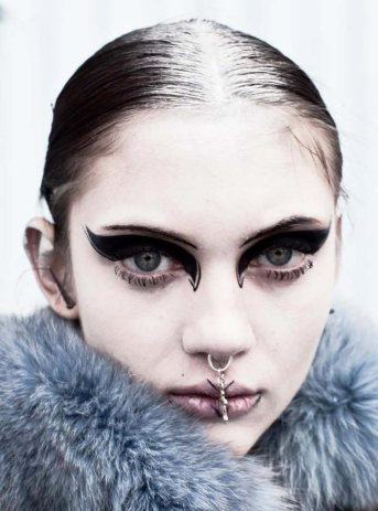 graphic-gothic-eye-makeup
