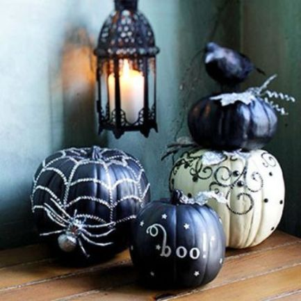 34-Cool-Glam-Halloween-Décor-Ideas-With-black-white-pumpkin-and-glass-candleholder-design